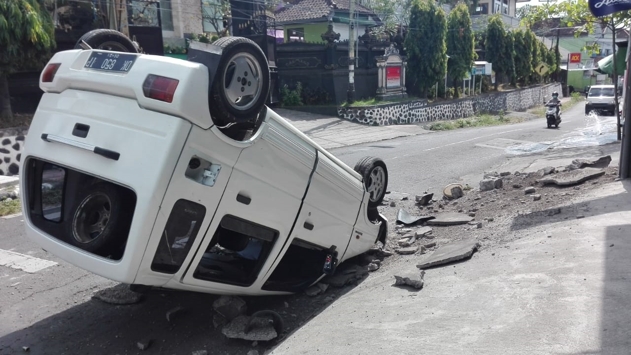 KONDISI mobil yang terbalik akibat insiden lakalantas tunggal di Jalan Srikandi, Desa Baktiseraga, Buleleng. Foto: ist