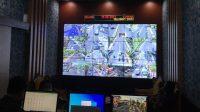 PETUGAS memantau kondisi lalin dari ruang lantai CCTV. Foto: adi