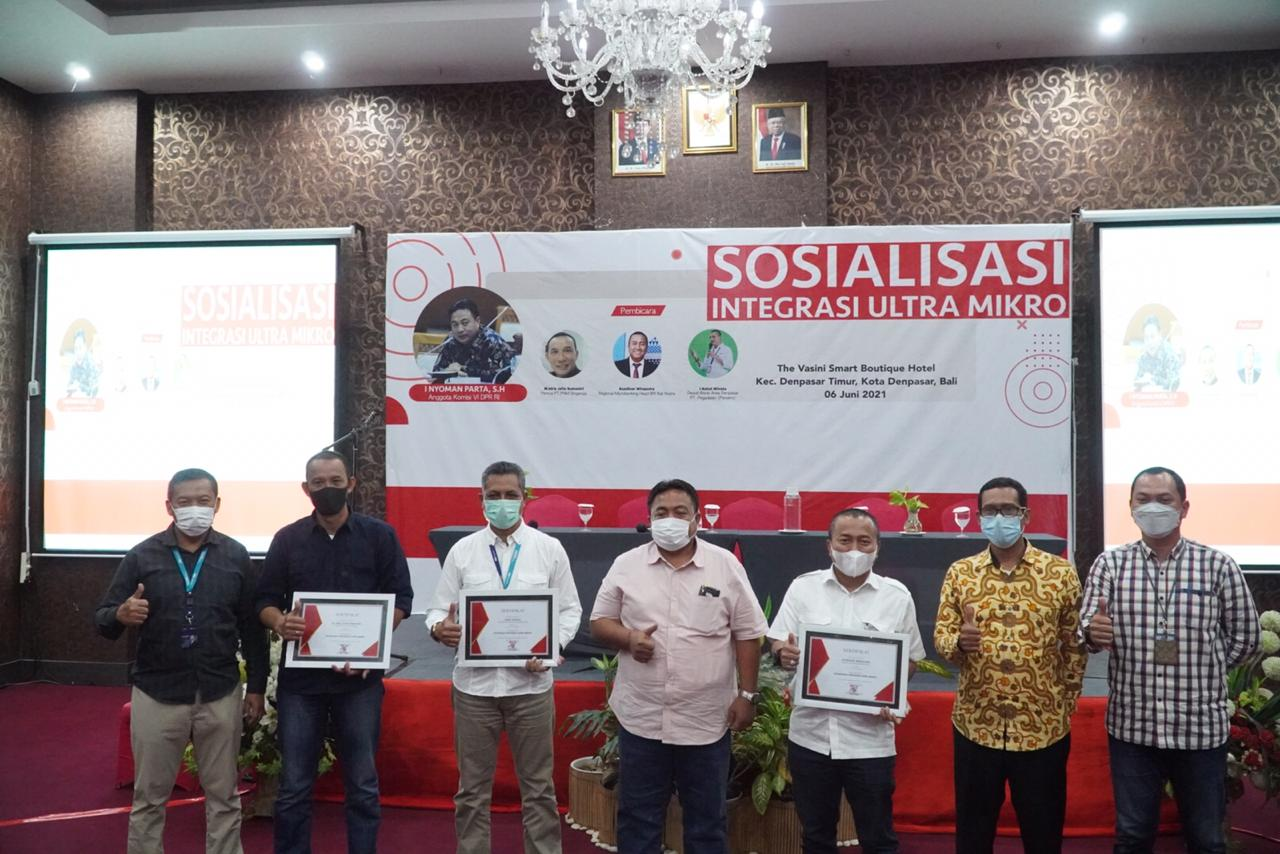 ANGGOTA Komisi VI DPR RI, I Nyoman Parta, memberi motivasi kepada UMKM dan pelaku usaha ultra mikro saat Sosialisasi Integrasi Ultra Mikro di Denpasar, Minggu (6/6/2021). Foto: ist