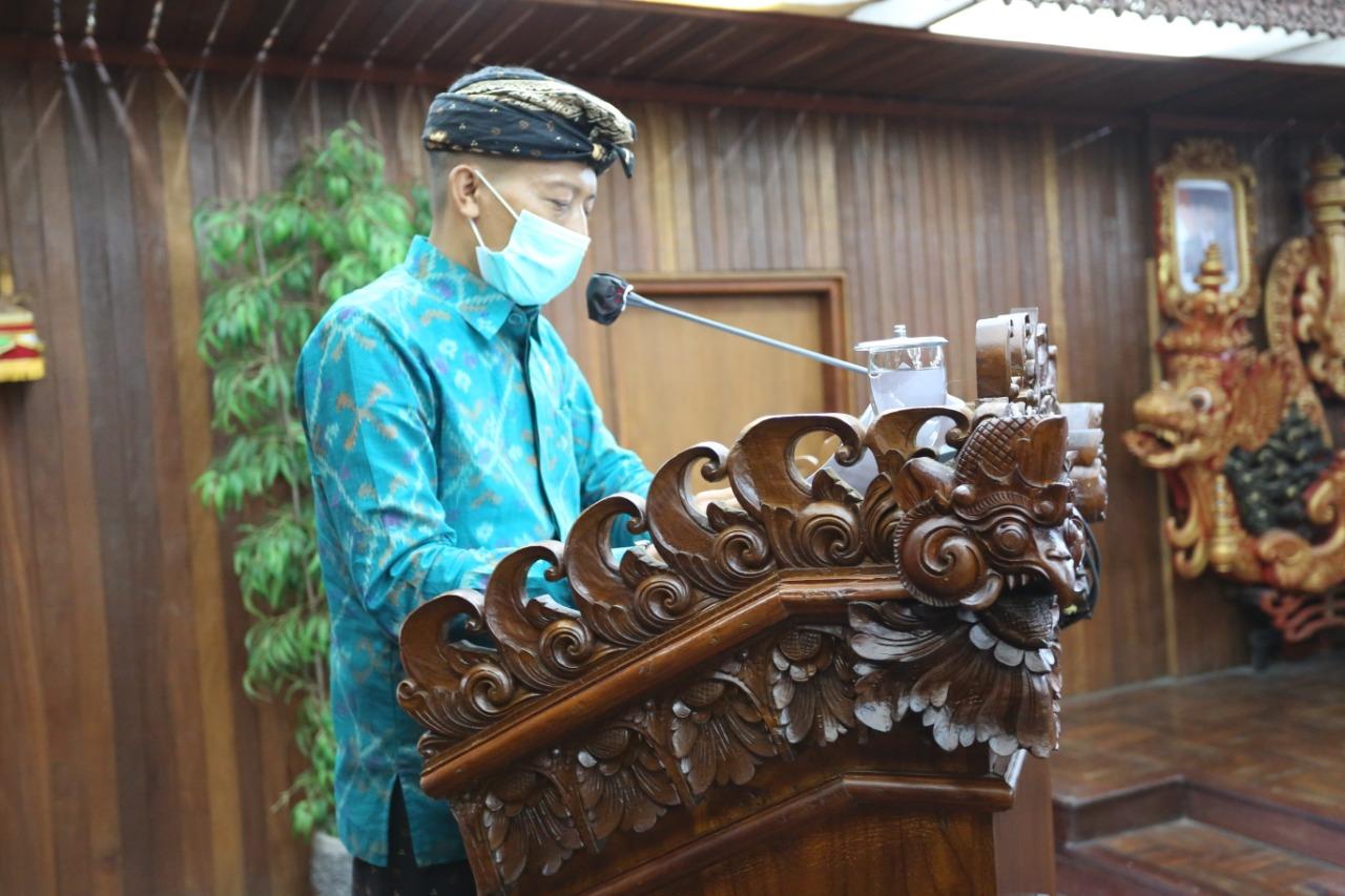 ANGGOTA Fraksi Partai Gerindra DPRD Klungkung, I Wayan Widiana, menyampaikan Ranperda Perusda Air Minum Panca Mahottama, Kamis (3/6/2021) di DPRD Klungkung. Foto: ist