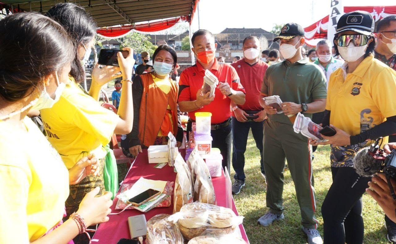 BUPATI Karangasem, I Gede Dana, menghadiri Pasar gotong royong krama Bali yang digelar di Taman Budaya Candra Bhuwana, Karangasem, Sabtu (5/6/2021). Foto: ist