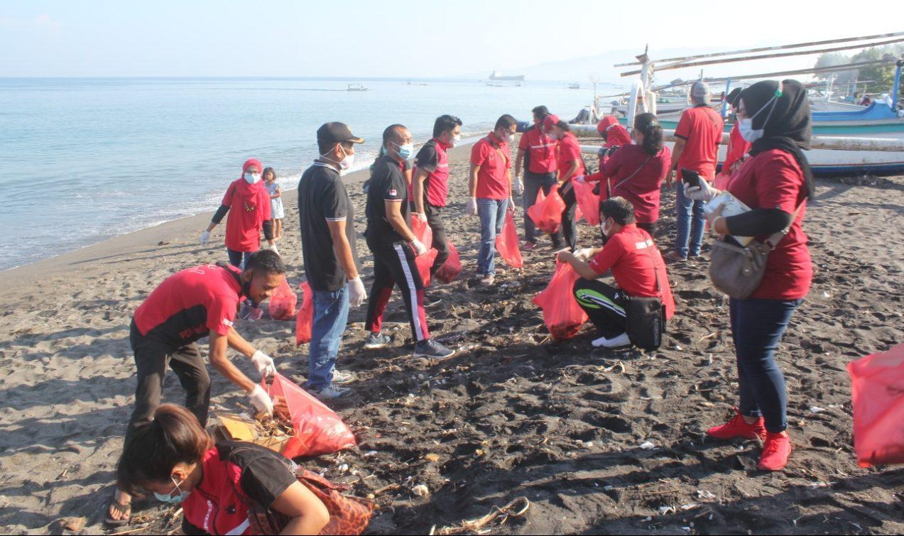 KETUA dan para kader PDIP Kota Mataram memunguti sampah di sepanjang pantai Mujang di wilayah Lingkungan Banjar, Kecamatan Ampenan, Kota Mataram, Sabtu (5/6/2021). Foto: rul