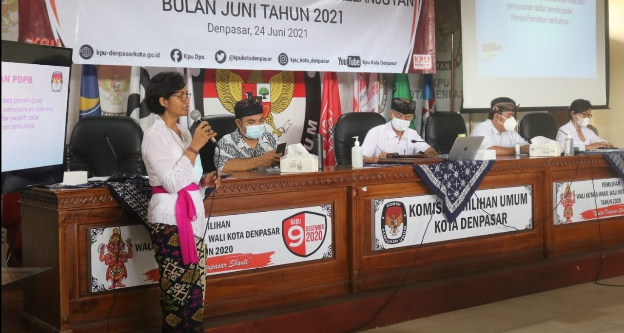 DEWA Ayu Sekar Anggaraeni (pegang mik) menjelaskan PDPB yang dijalankan KPU Denpasar dalam rakor bersama para pengampu kepentingan, Kamis (24/6/2021). Foto: ist
