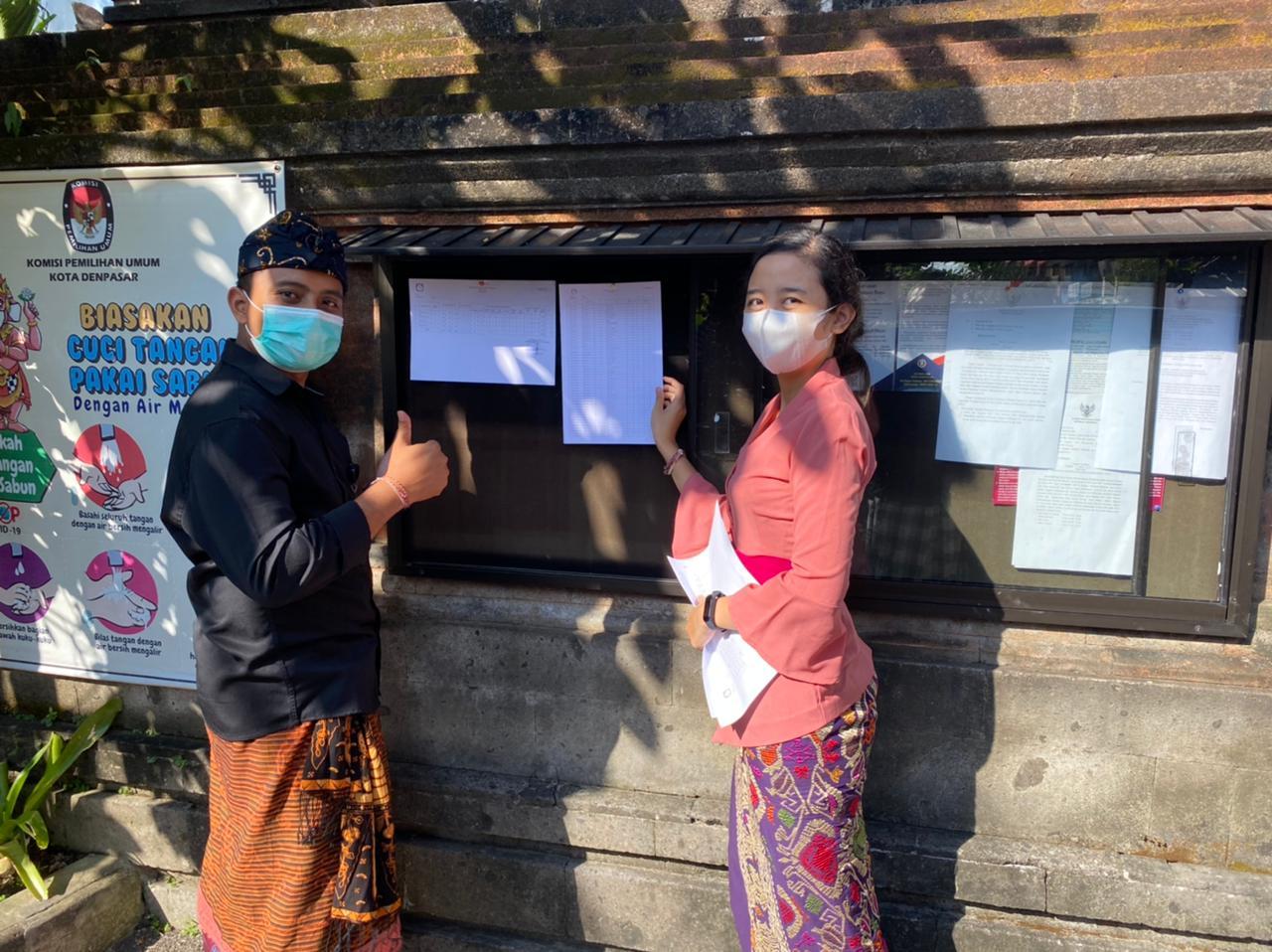 PETUGAS KPU Denpasar memasang Daftar Pemilih Berkelanjutan di papan pengumuman KPU Denpasar. Foto: hen