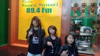 PERSONEL Tri Brothers saat menyambangi Radio Suara Sunari di bilangan Tohpati, Kota Denpasar. Foto: ist