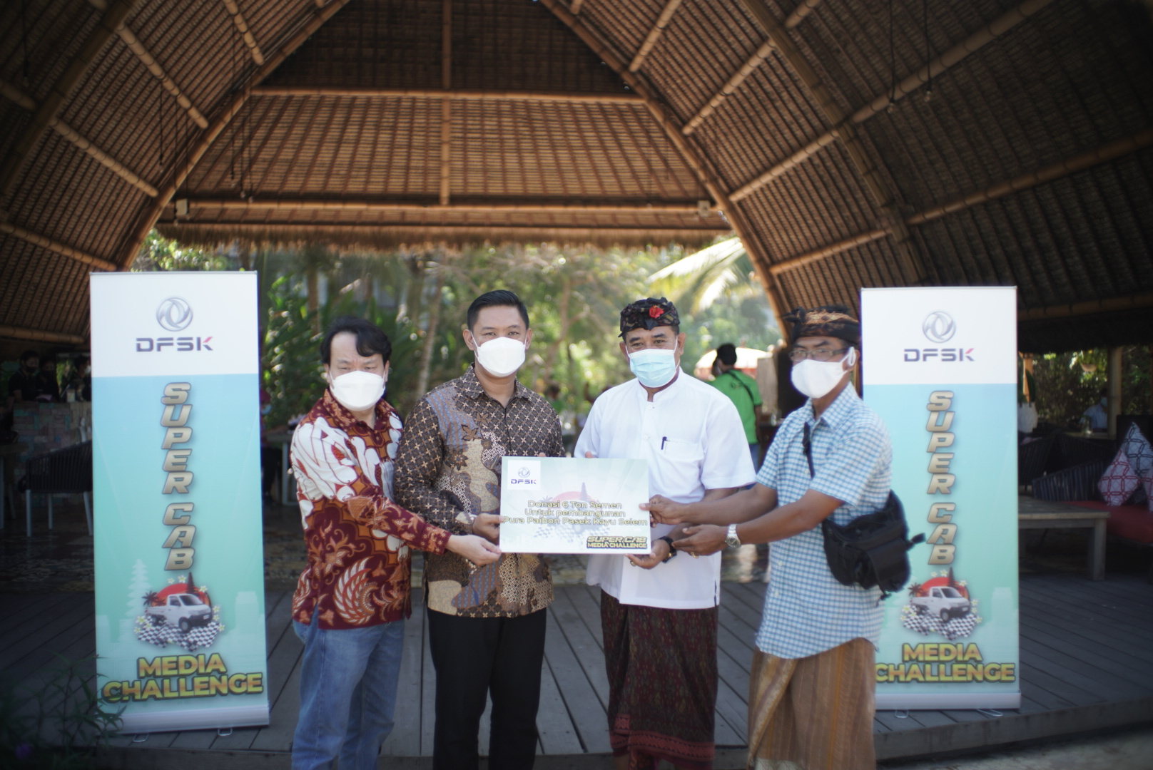 PENYERAHAN simbolis CSR DFSK berupa 6 ton semen untuk pembangunan Pura Paibon Pasek Kayu Selem, Desa Besan, Kecamatan Dawan, Klungkung, usai kegiatan media challenge, Sabtu (19/6/2021). Foto: rap