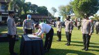 POLRES Tabanan menggelar apel penandatanganan pakta integritas bersama dipimpin Kapolres Tabanan AKBP Mariochristy Panca Sakti Siregar, dalam apel rutin di Lapangan Apel Polres Tabanan, Sabtu (12/6/2021). Foto: ist