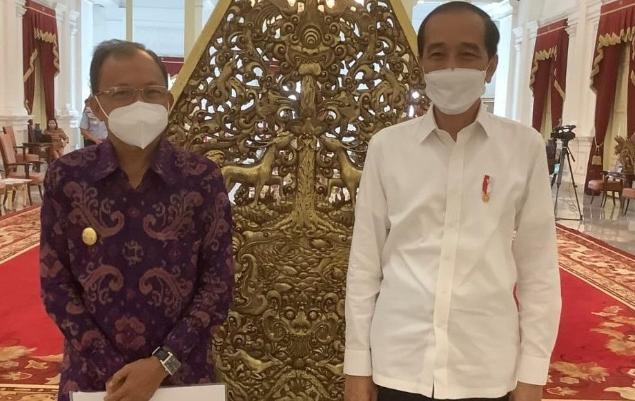 PRESIDEN Jokowi dan Gubernur Koster seusai mengikuti rapat terbatas membahas pemulihan pariwisata Bali di Istana Merdeka, Senin (7/6/2021). Foto: ist