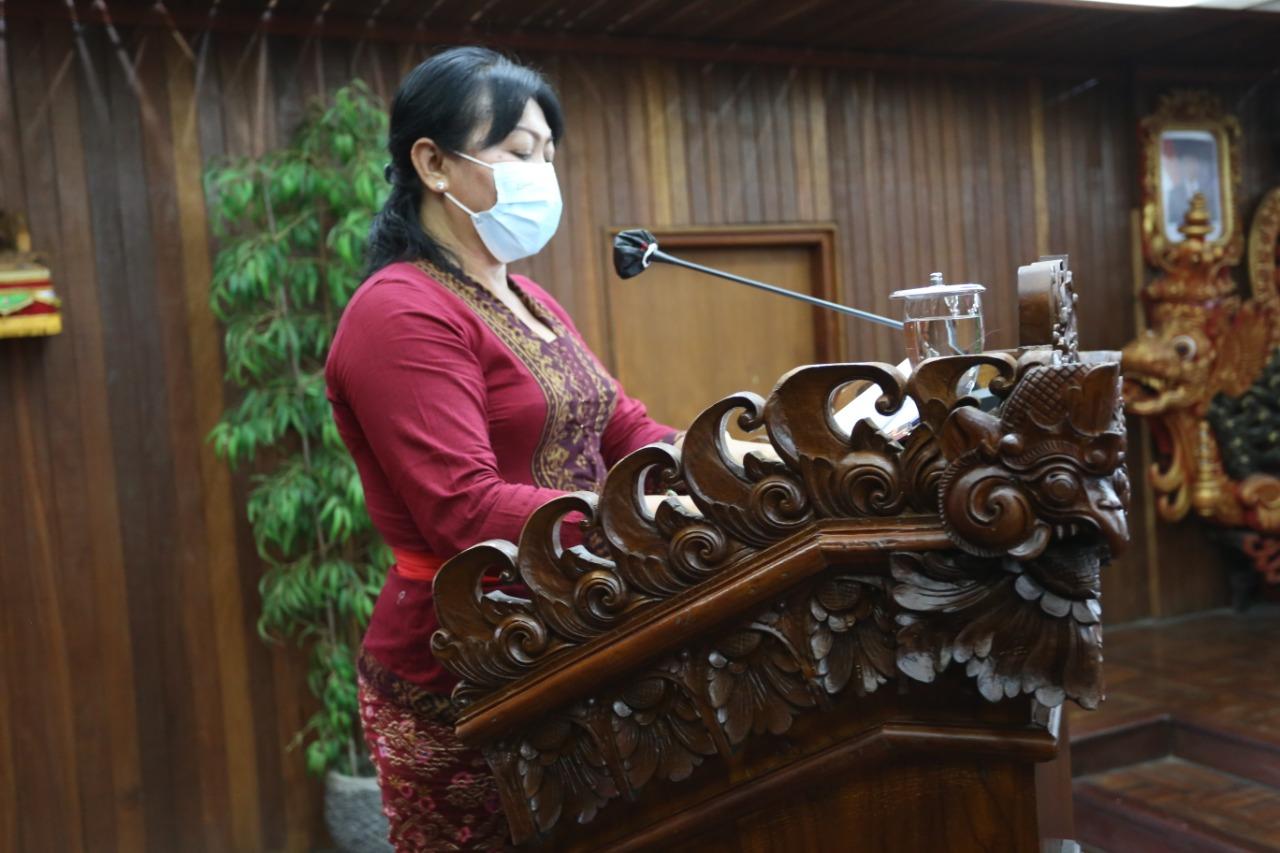 NI Ketut Suwerni, membacakan Ranperda tentang Perusahaan Umum Daerah Air Minum Panca Mahottama Kabupaten Klungkung, Kamis (3/6/2021). Foto: ist