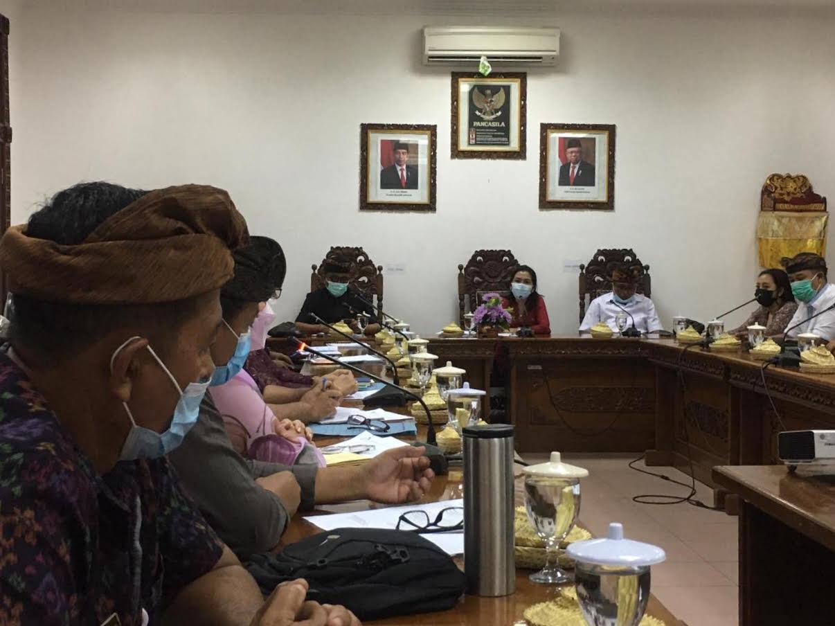 RAPAT Komisi IV DPRD Gianyar bersama Dinas Lingkungan Hidup Gianyar, Dinas Kesehatan Gianyar dan RSUD Sanjiwani, membahas pembuangan sampah medis di Kelurahan Bitera. Foto: adi