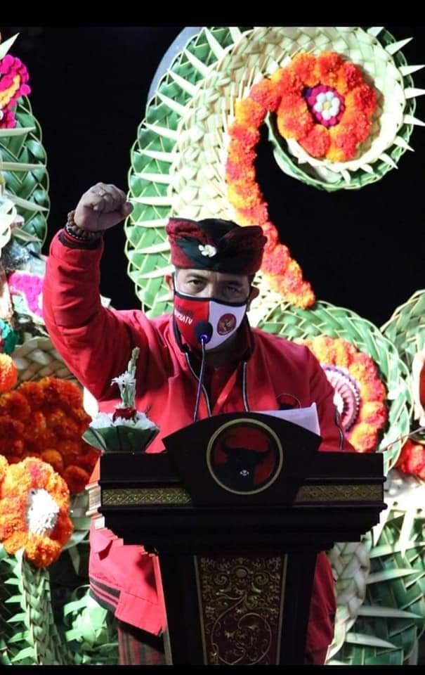 SANJAYA saat memberi laporan dalam Rakerda-Rakercabsus PDIP di Hotel Grand Bali Beach Sanur, Denpasar. Foto: ist