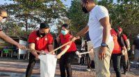 SEKRETARIS Daerah Kabupaten Gianyar, Made Gede Wisnu Wijaya, ditemui saat melakukan bersih-bersih pantai di Pantai Lebih Gianyar. Foto: adi