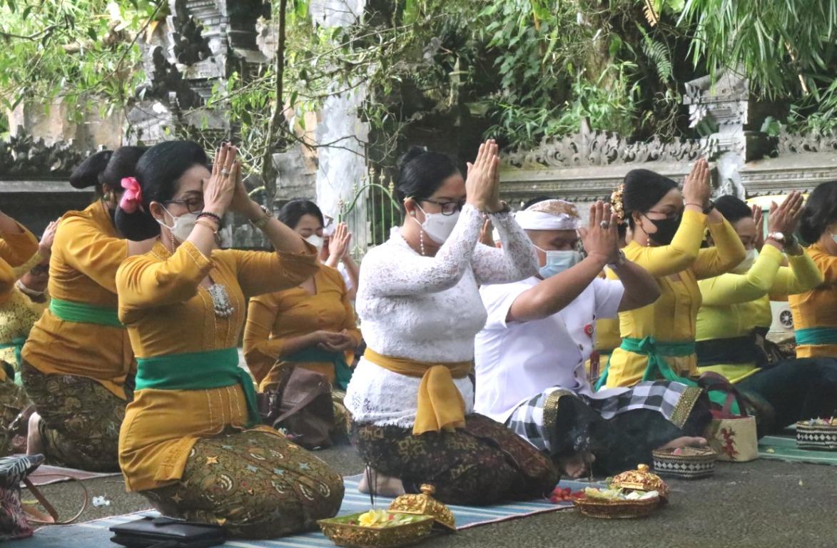 MEMPERINGATI HUT ke-33 WHDI, Pengurus dan anggota WHDI Kabupaten Tabanan melakukan persembahyangan bersama di Pura Batu Meringgit dan Pura Teratai Bang, Bedugul, Baturiti, Jumat (4/6/2021). Foto: ist