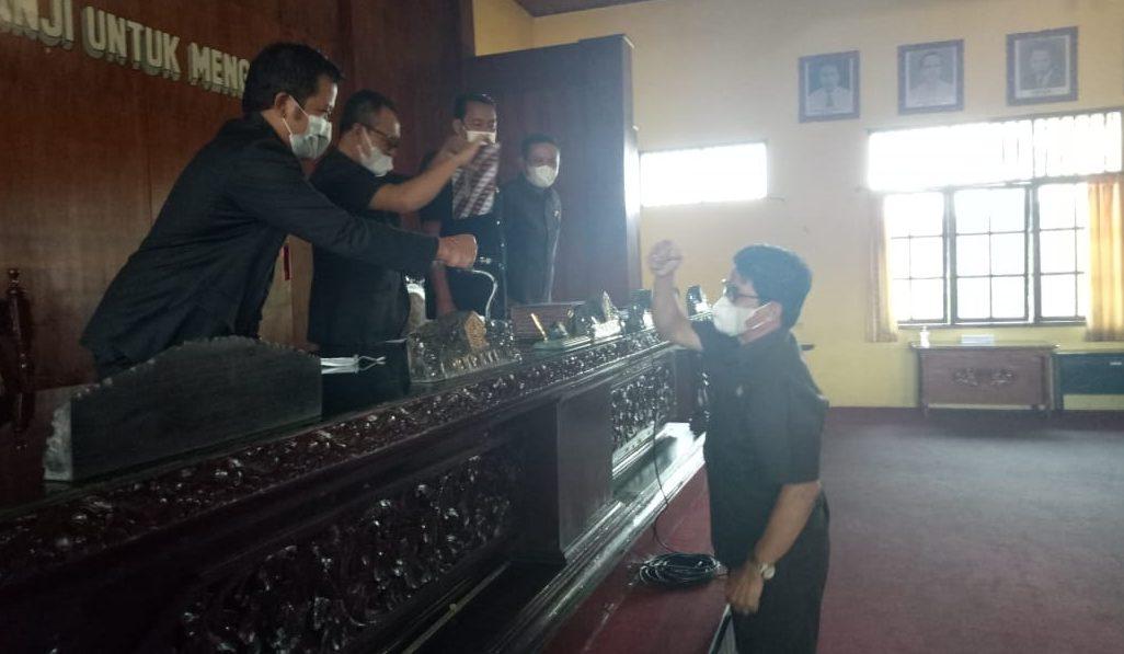 SIDANG paripurna dengan agenda Pemandangan Umum Fraksi-fraksi terhadap lima raperda yang disampaikan eksekutif, Selasa (15/6/2021) dengan dipimpin Ketua DPRD Bangli, I Ketut Suastika. Foto: ist