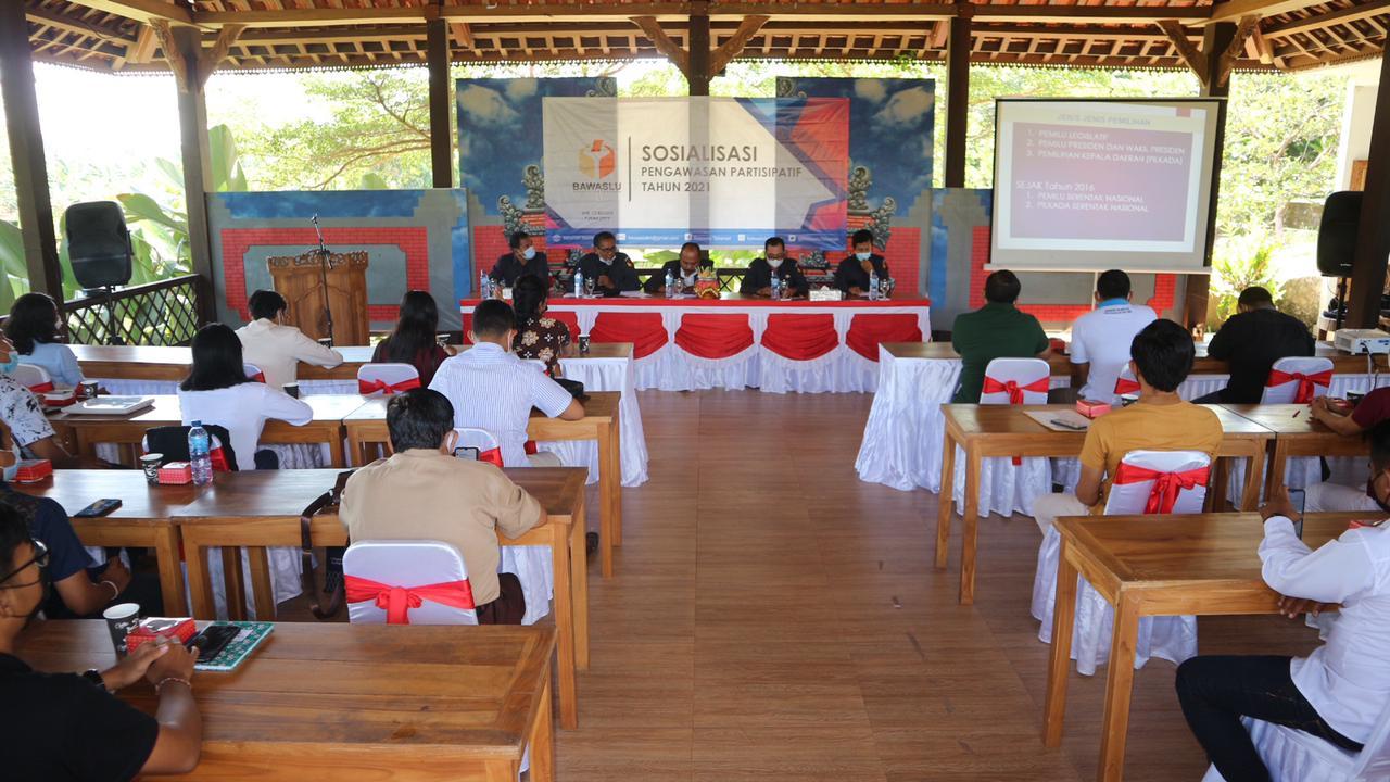 SOSIALISASI pengawasan partisipatif yang diselenggarakan Bawaslu Tabanan, dengan mengajak sejumlah organisasi kemasyarakatan dan OSIS, Senin (7/6/2021). Foto: ist