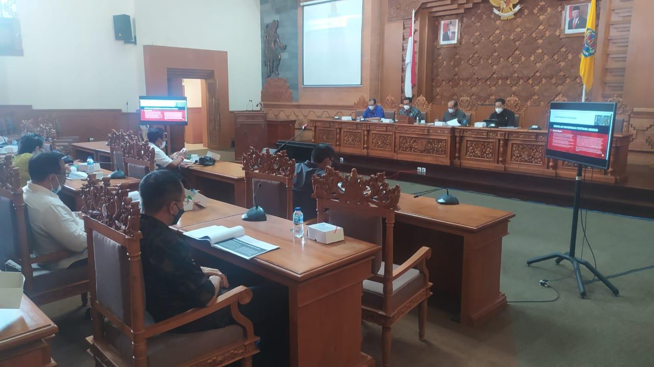 SUASANA rapat kerja Disdikpora dengan DPRD Kota Denpasar soal PPDB tahun pelajaran 2021/2022, Jumat (4/6/2021). Foto: tra