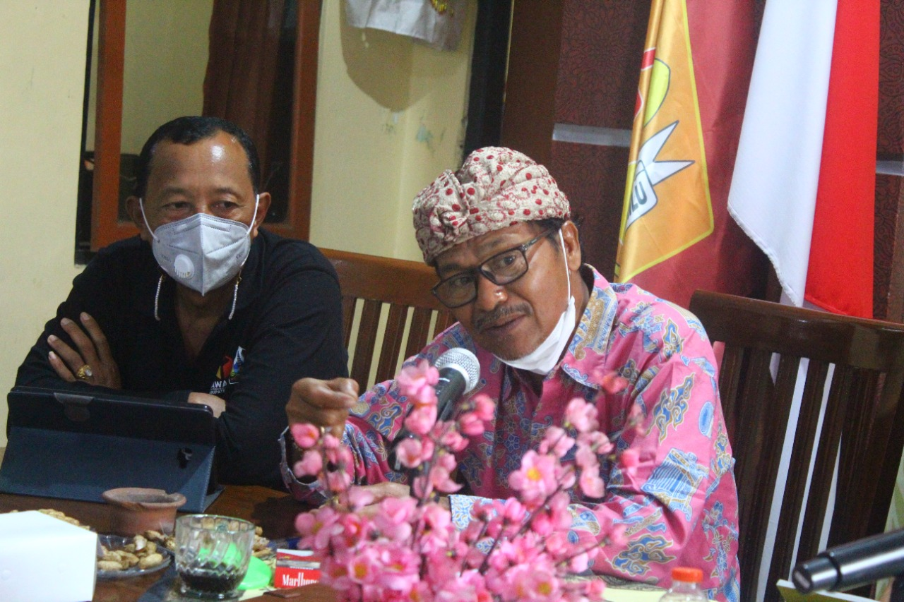 SUNADRA (kanan) saat memberi pemahaman tentang tugas penyelesaian sengketa yang akan dihadapi Bawaslu pada Pemilu-Pilkada Serentak 2024 mendatang di Bawaslu Bangli, Jumat (25/6/2021). Foto: ist