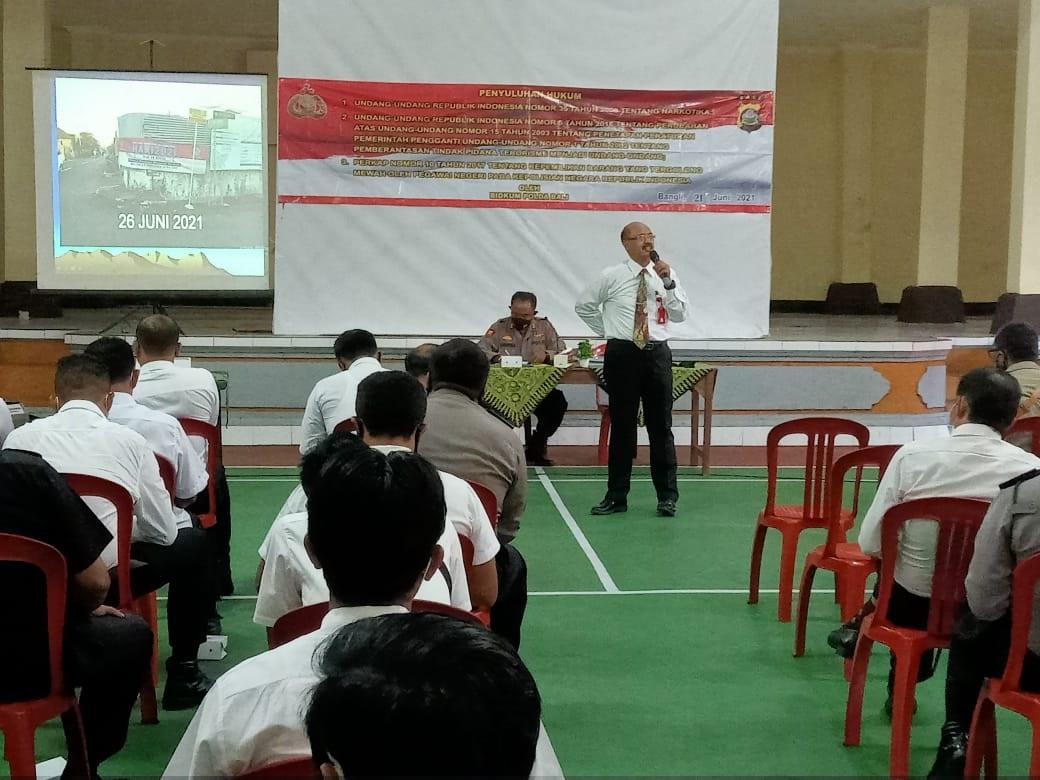 TIM Sunluhkum dari Bidang Hukum dan Bidang Propam Polda Bali memberi penyuluhan hukum untuk anggota Polres Bangli, Senin (21/6/2021). Foto: ist