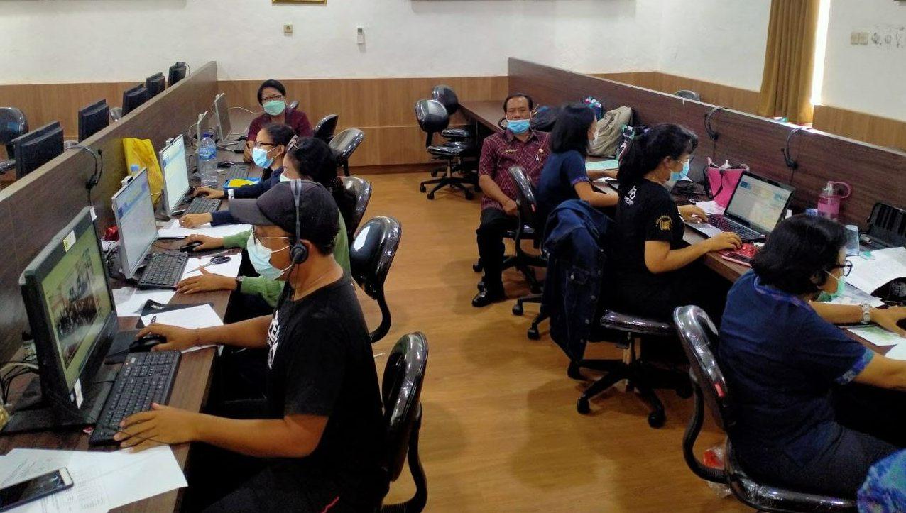 PROSES verifikasi berkas pendaftaran PPDB SMPN di Denpasar jalur prestasi hari pertama di SMPN 9 Denpasar, Jumat (18/6/2021). Foto: ist