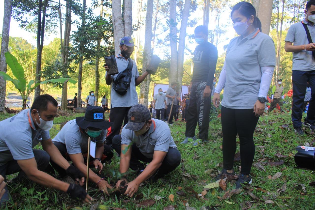 WABUP Ipat saat melakukan penanaman pohon di Desa Manistutu, Jumat (11/6/2021). Foto: ist