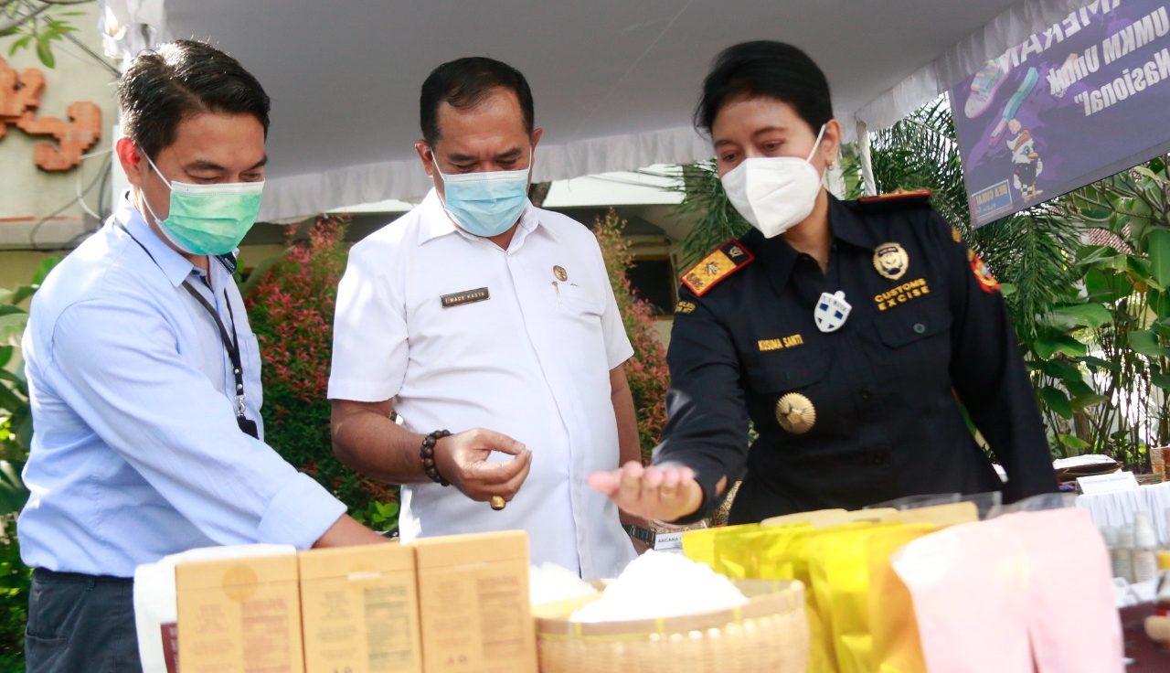 WABUP Kasta mengajak Kepala Kantor Bea Cukai Denpasar, Kusuma Wati Wahyuningsih, melihat pameran UMKM, Rabu (23/6/2021). Foto: ist