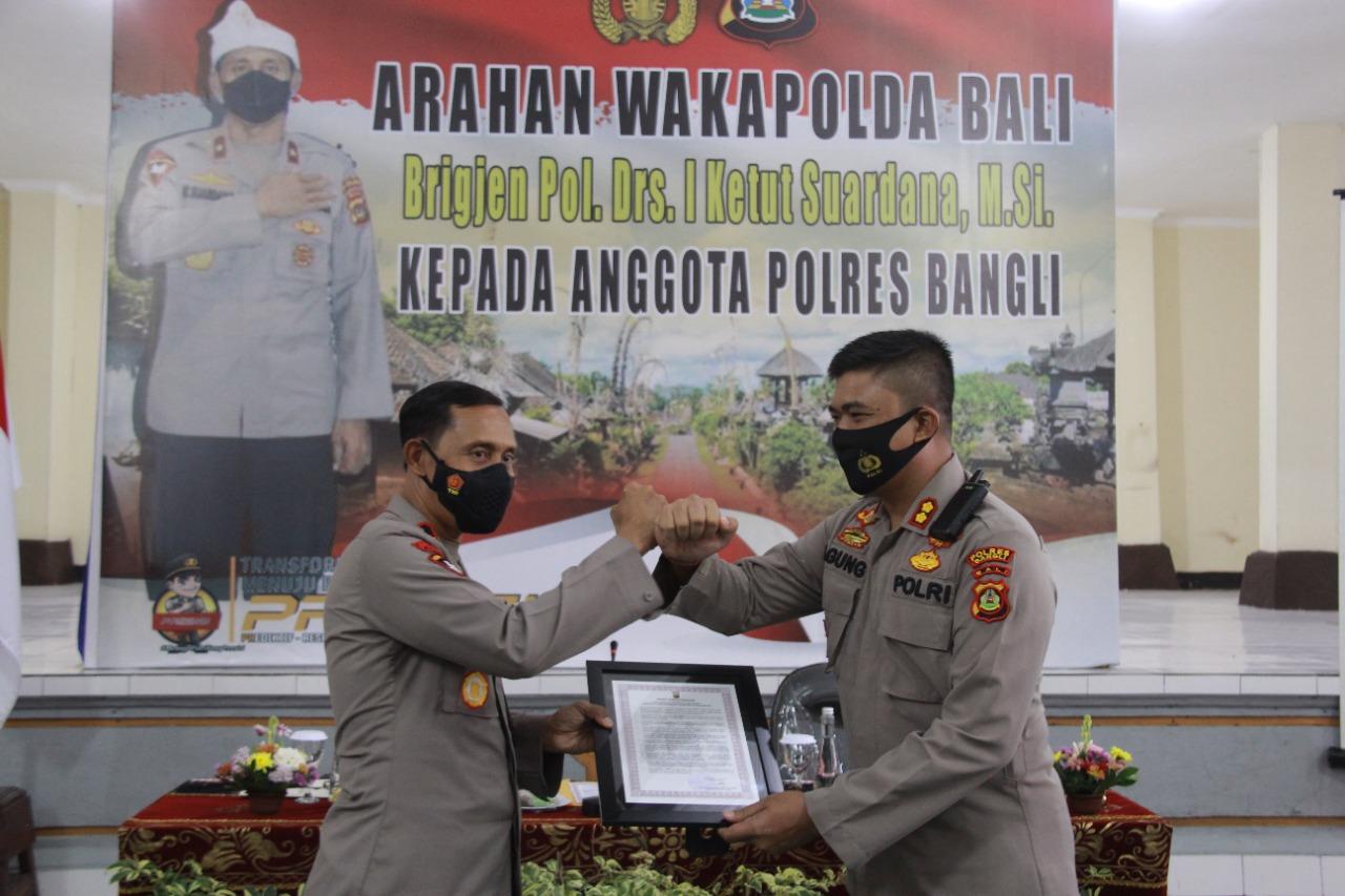 WAKAPOLDA Bali, Brigjen Pol. I Ketut Suardana, saat kunjungan di Polres Bangli, Kamis (24/6/2021) yang disambut Kapolres Bangli, AKBP IGA Dhana Aryawan. Foto: ist