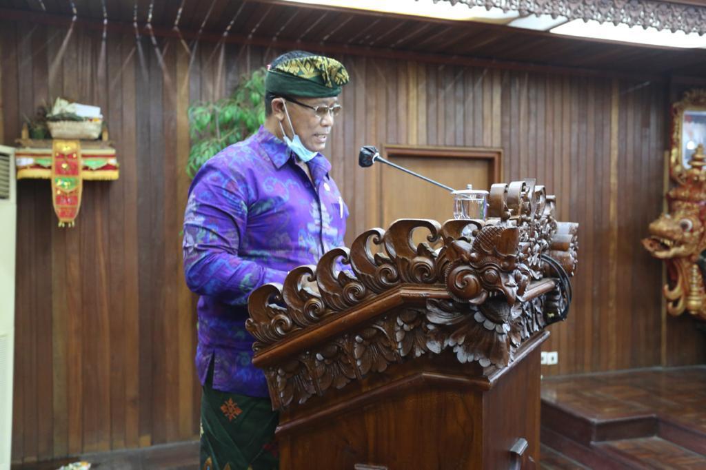 WAKIL Ketua DPRD Klungkung, Wayan Baru, menyampaikan rekomendasi DPRD Klungkung terhadap LHP BPK RI TA 2020 di ruang rapat Nawa Natya DPRD Klungkung, Selasa (8/6/2021). Foto: ist