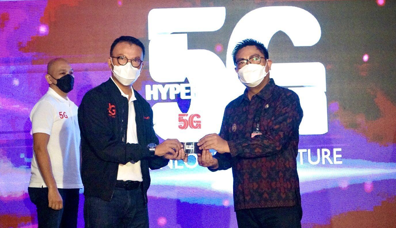 WAKIL Wali Kota Kadek Agus Arya Wibawa saat meresmikan layanan Telkomsel 5G di Kota Denpasar, Senin (7/6/2021). Foto: ist