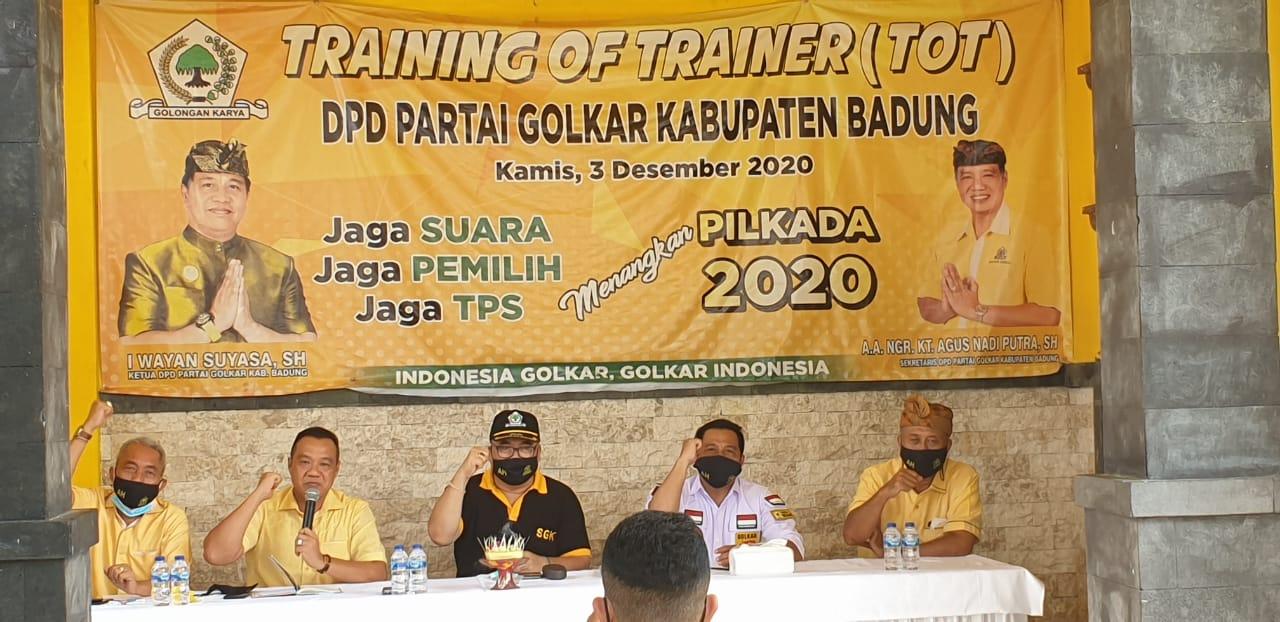 WAYAN Suyasa (dua kanan) bersama Sugawa Korry (tengah) saat rapat konsolidasi kader dan struktur partai di DPD Partai Golkar Badung, Jumat (4/6/2021). Golkar siap ganti berkuasa di Badung lewat Pilkada 2024 mendatang. Foto: hen