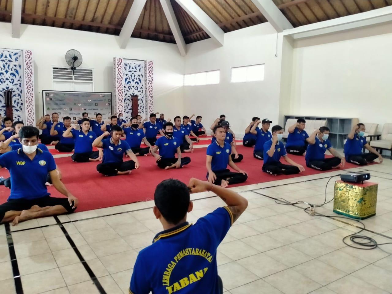 LATIHAN meregangkan dan merelaksasi otot bagi para WBP dan pegawai lapas, di Aula Candra Prabhawa Lapas Tabanan, Jumat (25/6/2021). Foto: ist
