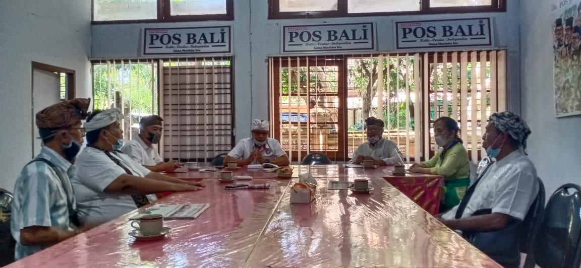 PENGURUS Yayasan Segara Giri saat berkunjung ke Kantor Pusat Surat Kabar Pos Bali, diterima Pemimpin Umum/Pemimpin Redaksi, Made Nariana, Kamis (10/6/2021). Foto: rud