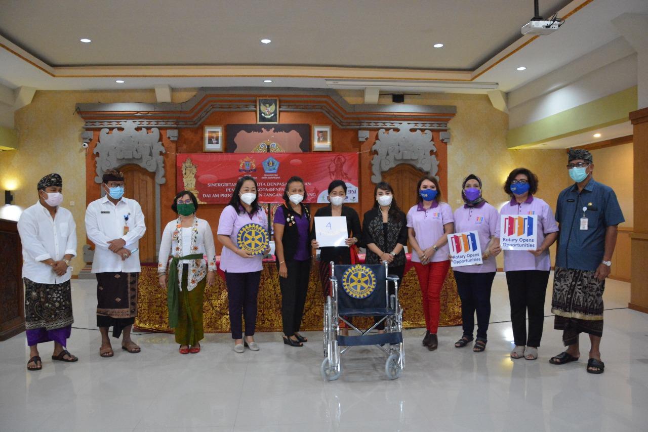 K3S Kota Denpasar menerima bantuan alkes dari sejumlah perusahaan dan institusi, Kamis (3/6/2021) di Gedung Wanita Santi Graha Denpasar. Foto: ist
