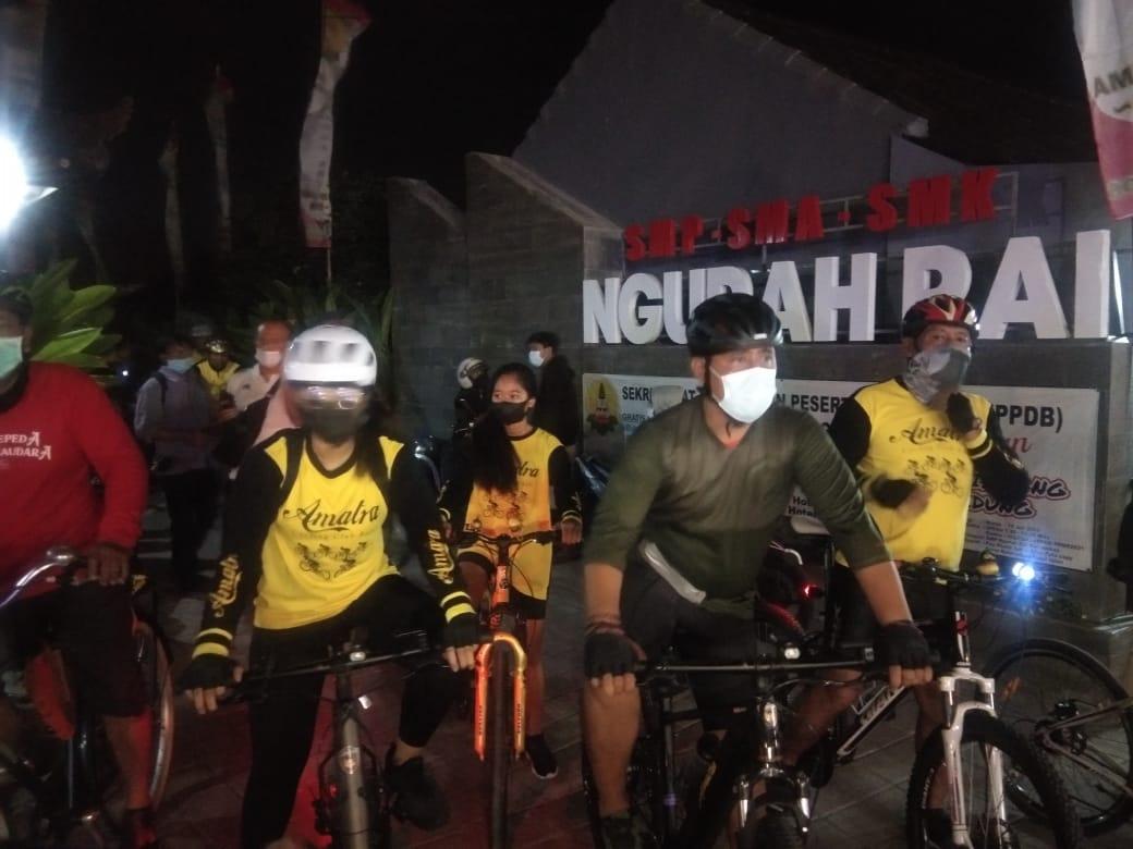 GUS Adhi (dua kanan) saat bersepeda malam usai sosialisasi keselamatan berkendara di jalan raya di Sekolah/Yayasan Ngurah Rai Kerobokan, Kamis (3/6/2021). Foto: Ist
