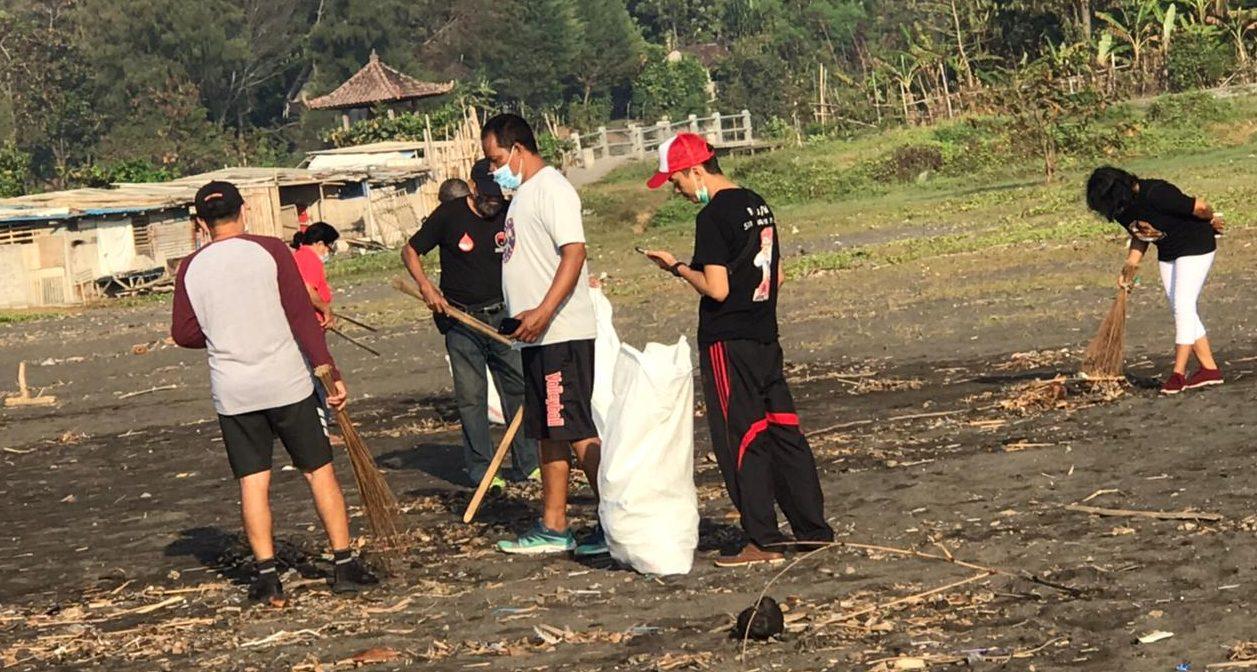 WARGA Denpasar bersama Relawan Jaya Wibawa-Jaya Wibawa Foundation mengikuti kegiatan bersih-bersih sampah di pinggir Pantai Biaung, Denpasar Timur, Selasa (1/6/2021). Foto: ist