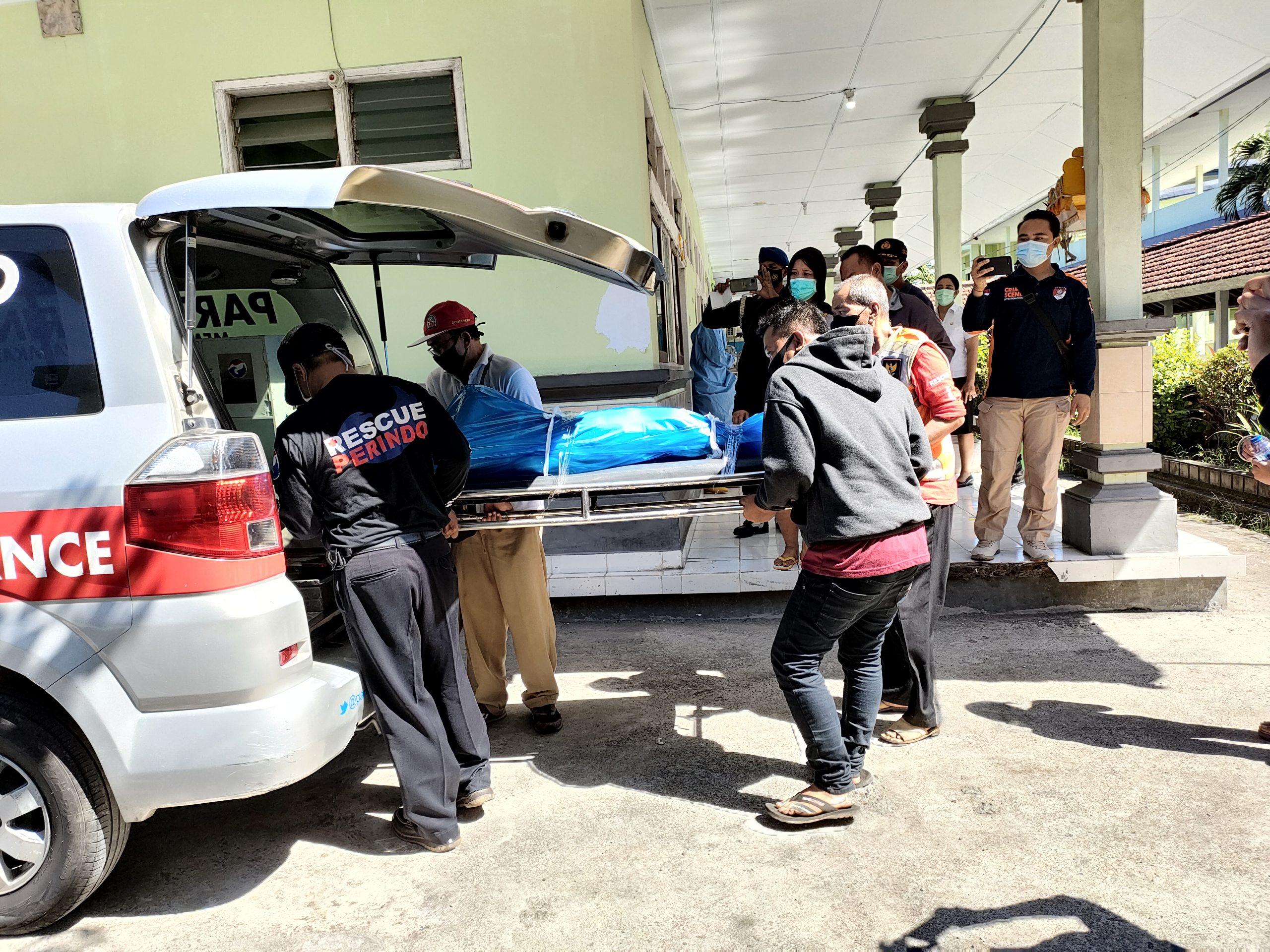 JENAZAH korban tenggelamnya KMP Yunicee saat dijemput pihak keluarga di RSUD Negara, Jembrana, Rabu (30/6/2021). Foto: ist