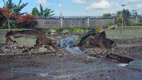 HUJAN deras yang mengguyur wilayah Karangasem, Rabu (17/6/2021) malam mengakibatkan kerusakan di beberapa wilayah Karangasem. Salah satunya yakni kolam yang ada di objek wisata Taman Tirtagangga jebol. Foto: nad