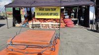 SEJUMLAH barang yang diamankan sebagai barang bukti di Posko Musibah KMP Yunicee di areal parkir Dermaga LCM Pelabuhan Gilimanuk. Foto: man