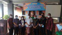Plt. Kadisdikpora Kota Denpasar, IGN Eddy Mulya, didampingi Kasek Ketut Jawita, saat membuka workshop K-13 di SMP Ganesha Denpasar. Foto: tra