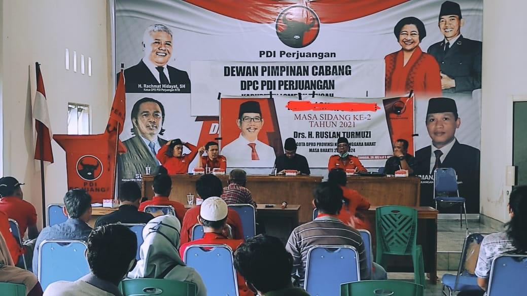 ANGGOTA DPRD NTB dapil Lombok Tengah Selatan, Ruslan Turmudzi (dua kanan), saat bertemu para kader, PAC PDIP se-Kabupaten Lombok Tengah di kantor DPC PDIP Loteng, Rabu (30/6/2021). Foto: rul