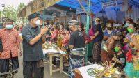 BUPATI Gianyar, Made Mahayastra, meninjau pelaksanaan upacara adat. Foto: ist