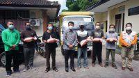 BUPATI Suwirta secara simbolis menyerahkan bantuan beras Pemprov Bali di Dinas Sosial Pemberdayaan Perempuan dan Perlindungan Anak Kabupaten Klungkung, Senin (26/7/2021). Foto: ist