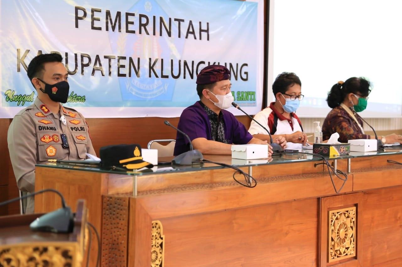 BUPATI Suwirta rapat bersama Satgas Covid-19 Kabupaten Klungkung terkait penerapan PPKM Darurat di kantor Bupati Klungkung, Jumat (2/7/2021). Foto: ist