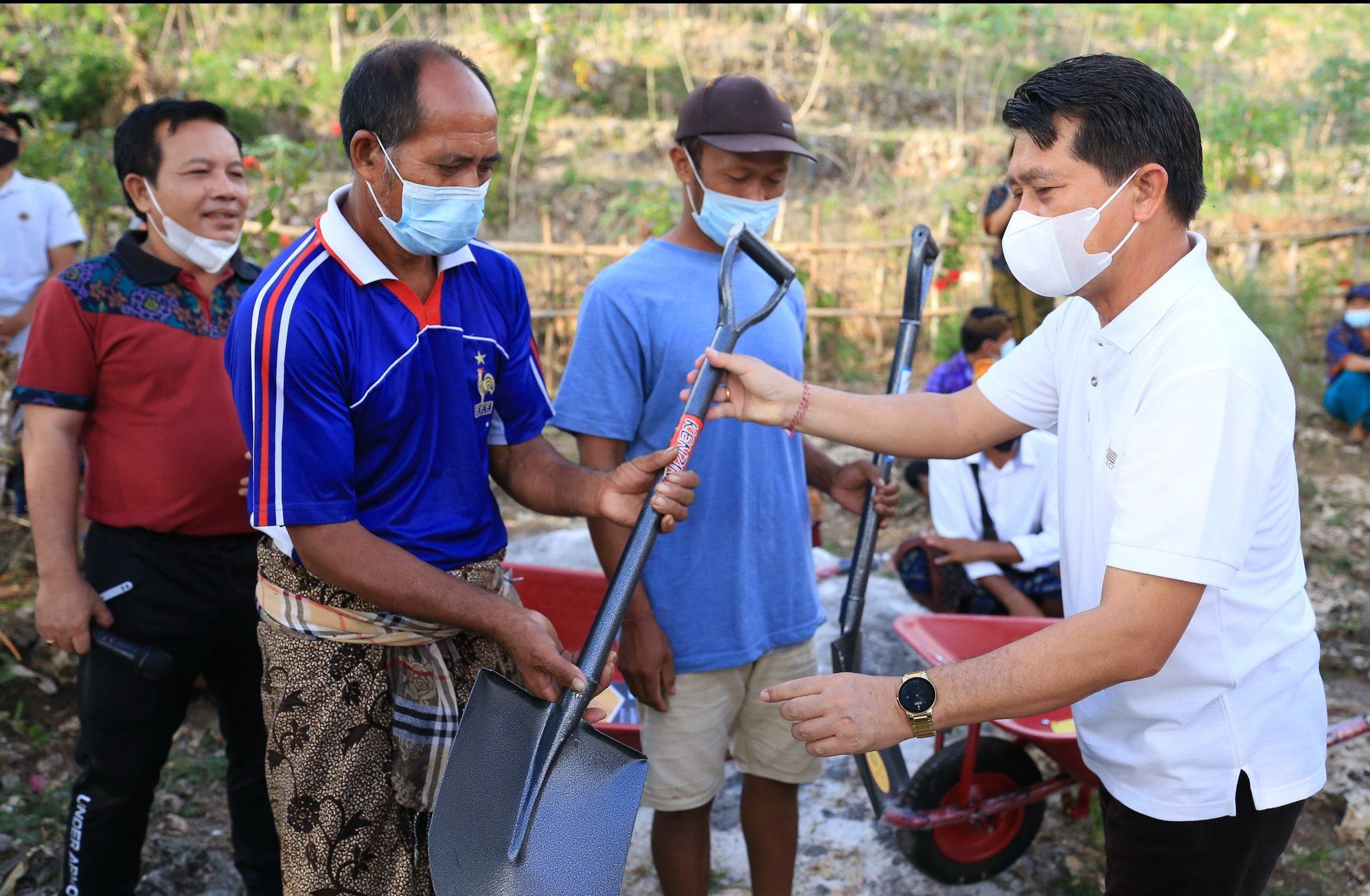 Bupati Suwirta Buka Kegiatan Padat Karya di Nusa Penida