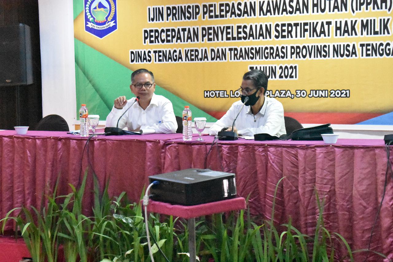 KEPALA Dinas Tenaga Kerja dan Transmigrasi Provinsi NTB, Gede Putu Aryadi (kiri) saat menghadiri rapat evaluasi izin prinsip pelepasan kawasan hutan (IPPKH) dan percepatan penyelesaian sertifikat hak milik (SHM), Kamis (1/7/2021). Foto: rul