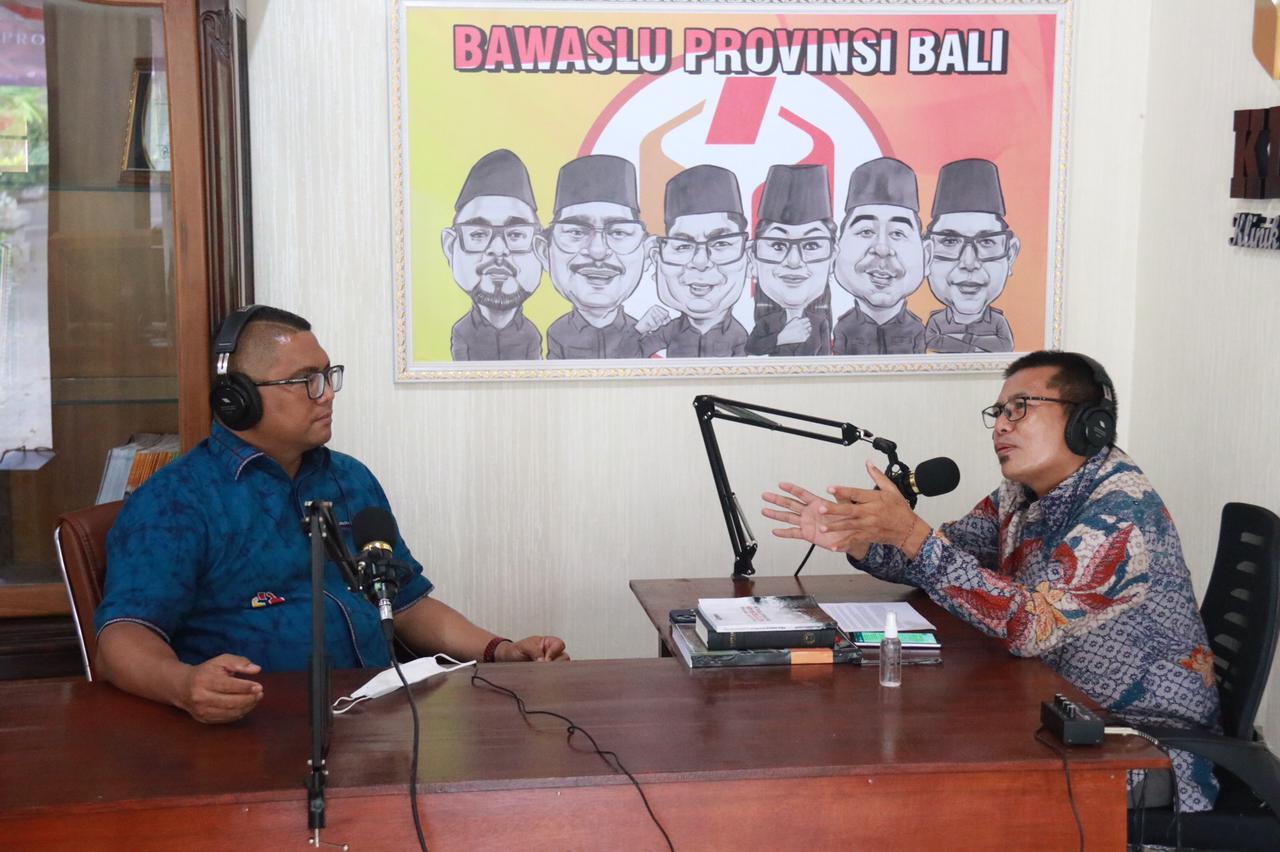 FRITZ Edward Siregar (kiri) saat menjadi narasumber perdana podcast K.Dek Bali di Bawaslu Bali. Foto: ist