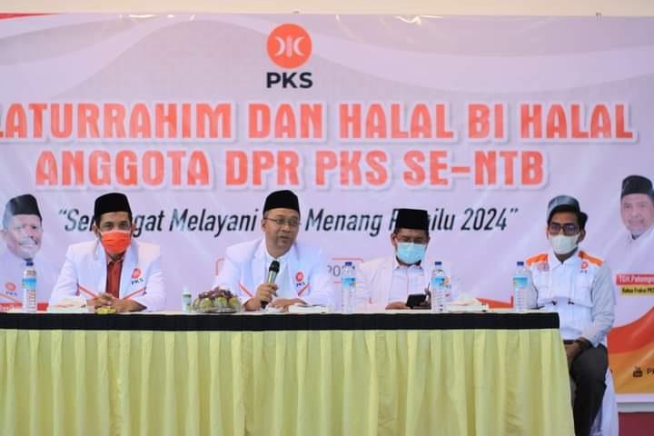 KETUA DPW PKS NTB, Yek Agil (kiri) saat mendampingi Gubernur Zulkieflimansyah saat memberi keterangan pers, Kamis (8/7/2021). Foto: rul