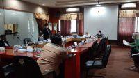 KETUA Komisi V DPRD NTB, TGH Mahally Fikri, dan anggota Komisi V saat menggelar RDP dengan Satgas Covid-19 di kantor DPRD NTB, Selasa (27/7/2021). Foto: rul