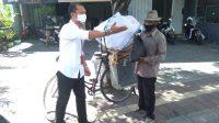 KOMISIONER KPU Bali, Gde John Darmawan, usai menyerahkan bantuan paket sembako kepada warga sasaran di Denpasar, Senin (26/7/2021). Aksi sosial itu memakai dana hasil saweran komisioner dan staf KPU Bali untuk meringankan beban masyarakat terdampak Covid-19 dan PPKM Level IV di Bali. Foto: ist