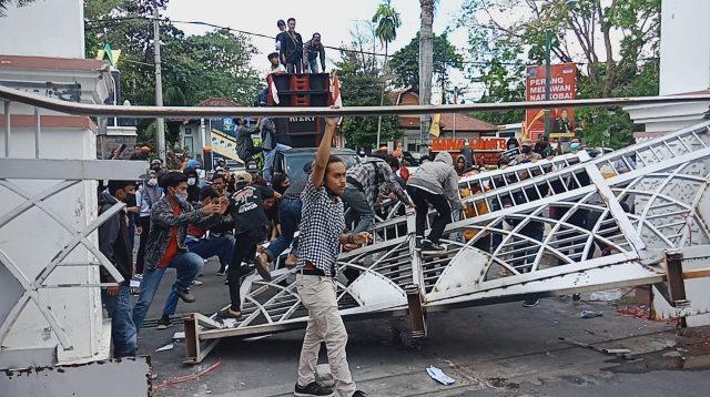 PAGAR utama gedung DPRD NTB di sebelah timur yang dirusak oleh massa pengunjuk rasa, Rabu (28/7/2021). Foto: rul