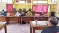 SUASANA pertemuan yang membahas persoalan seleksi perangkat desa bertempat di kantor Camat Tembuku, Senin (26/7/2021). Perbekel Yangapi belum memutuskan apakah masih mengajukan calon yang sama atau akan berubah. Foto: ist